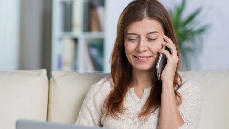 Una donna chiama dal suo smartphone