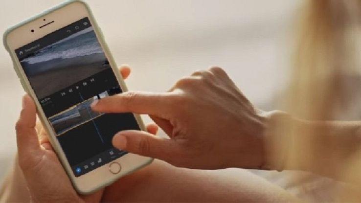 Una donna usa un'app sullo smartphone