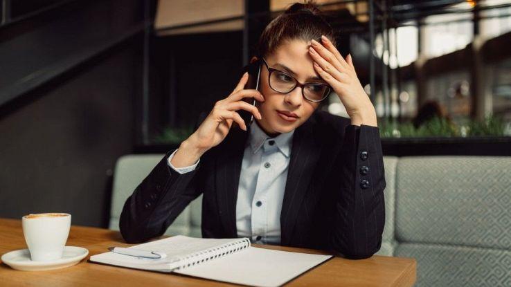 Una ragazza disperata mentre è al telefono