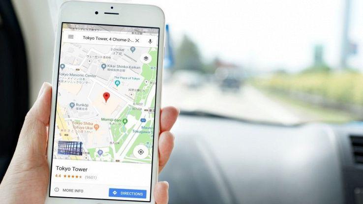 Un utente usa Google Mpas mentre guida in auto