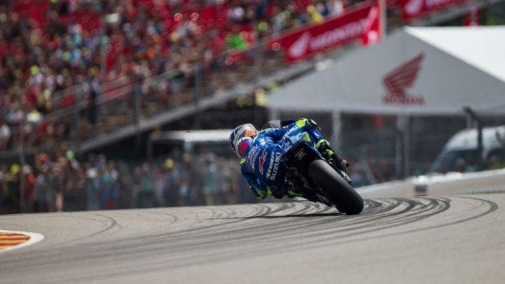 Un pilota di MotoGP in curva in pista