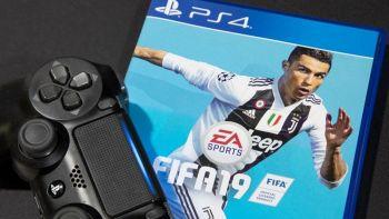 Un joypad sopra la copertina del videogame FIFA 19