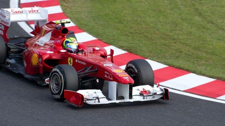 Una ferrari in curva su una pista di F1