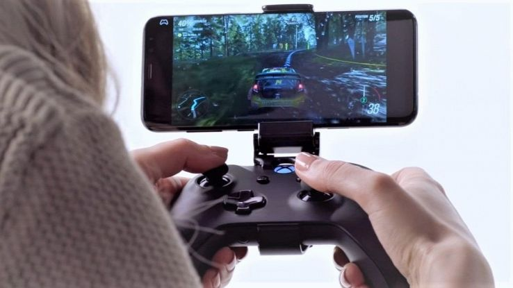 Una ragazza gioca ai videogame dal suo cellulare