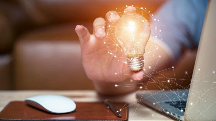 Un utente tiene in mano una lampadina