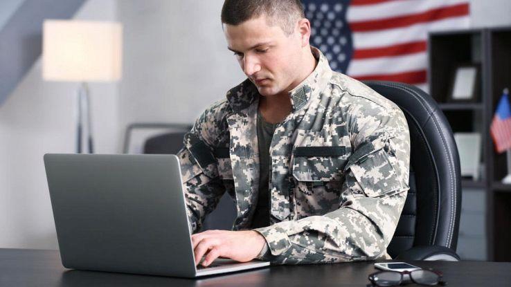 soldato esercito statunitense al computer