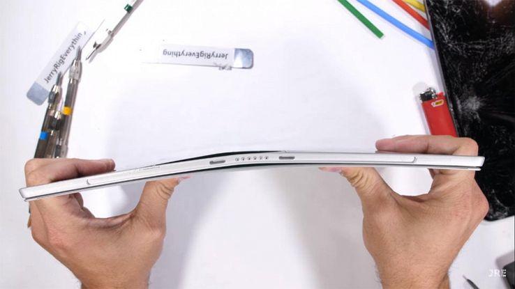 Il Surface Pro mentre viene piegato