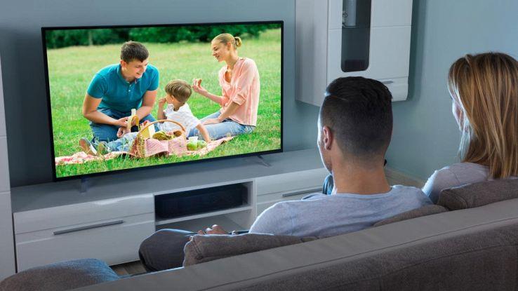Una famiglia che guarda TV