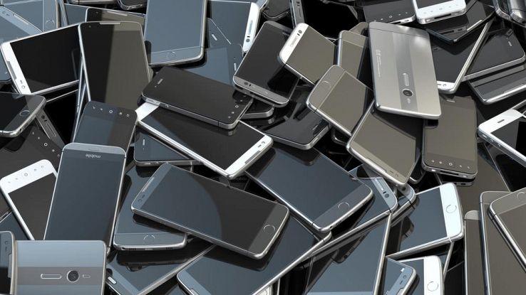 Vecchi smartphone accatastati