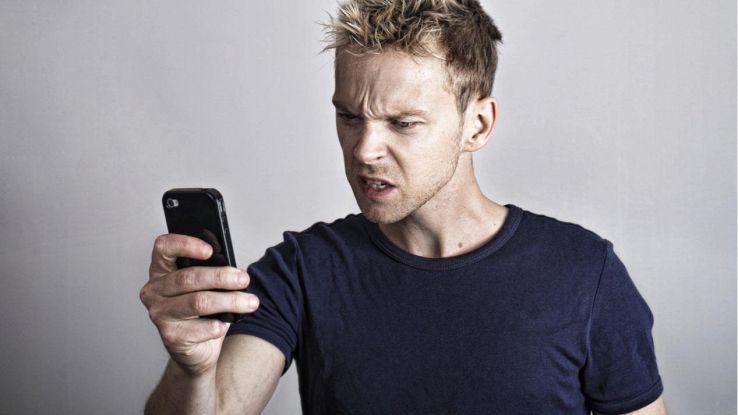 uomo arrabbiato con iPhone