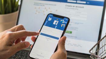 Un utente usa Facebook su smartphone e computer