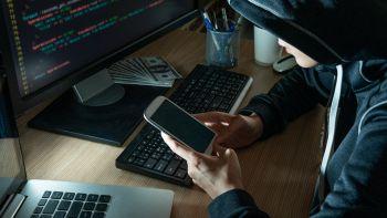Un hacker usa uno smartphone