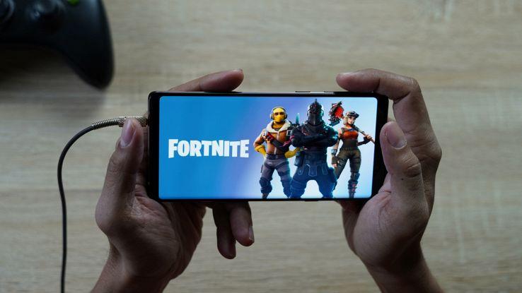 Un ragazzo gioca a Fortnite da smartphone