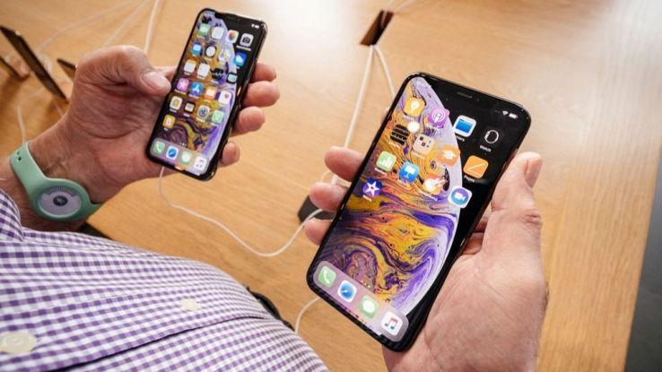 Un utente tiene in mano due iPhone