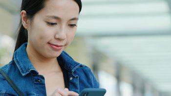 Una ragazza invia un SMS