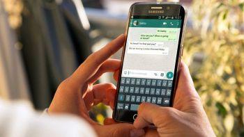 Un utente usa WhatsApp sullo smartphone