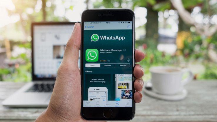 un utente usa WhatsApp da smartphone