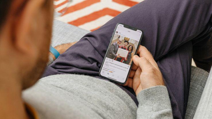 Un utente usa il proprio iPhone