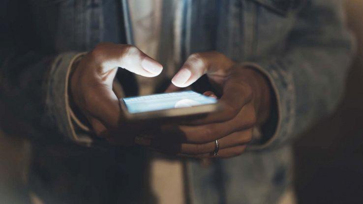 Uomo che usa uno smartphone