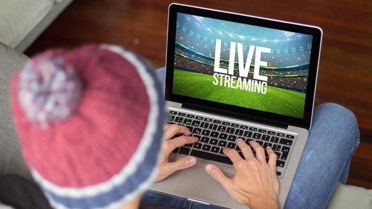 uomo guarda partita in streaming sul pc