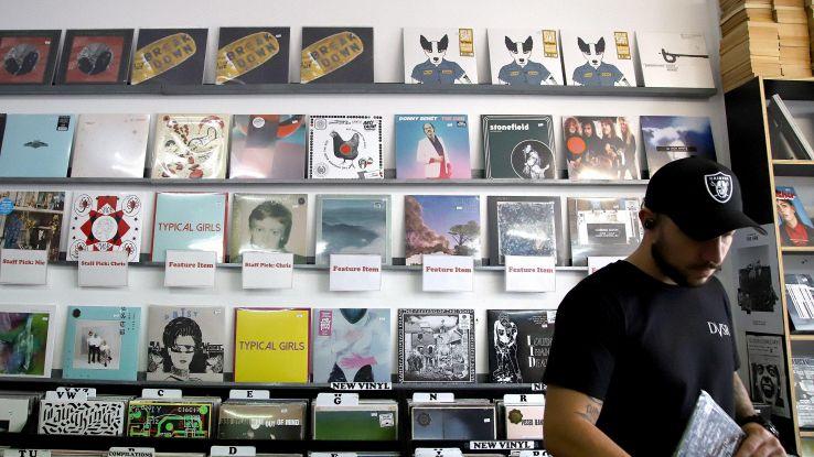 Usa, bene vinili e cassette, crollano cd