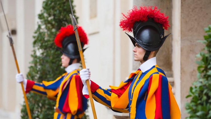 Guardie vaticane con elmo