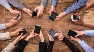 persone-utilizzano-smartphone