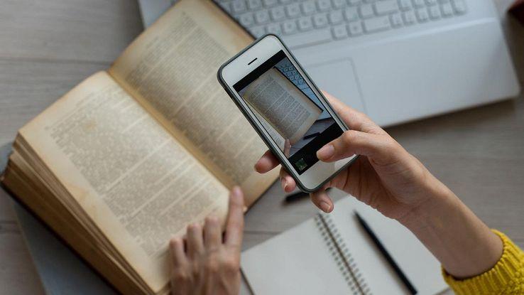 foto smartphone a un libro