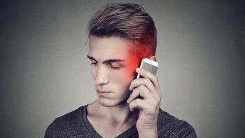 uomo con telefono vicino all'orecchio
