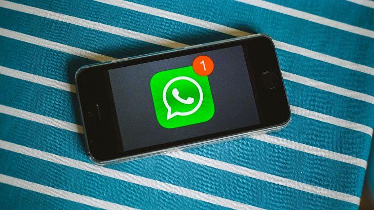 smartphone con logo whatsapp
