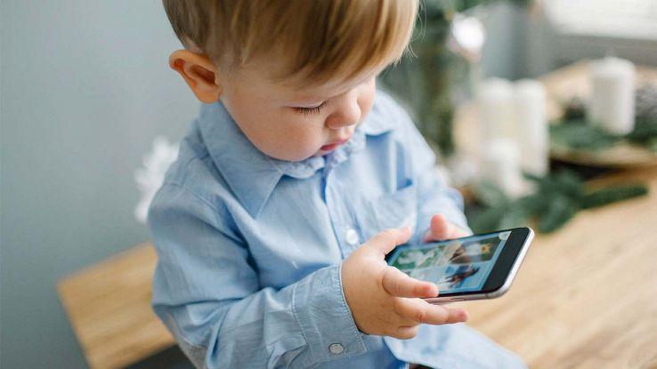 Bambino con smartphone tra le mani