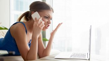 donna inveisce al telefono