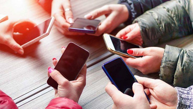 Gruppo di ragazzi con smartphone