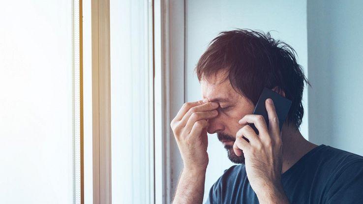 persona disperata al telefono