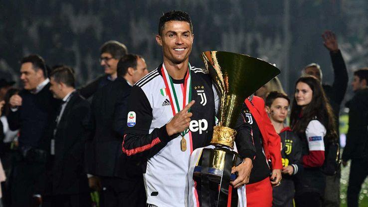 Cristiano Ronaldo con la coppa del Campionato italiano