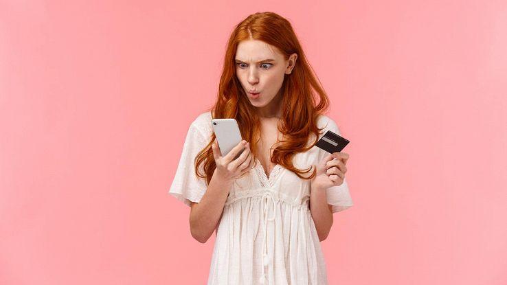 ragazza che guarda lo schermo dello smartphone
