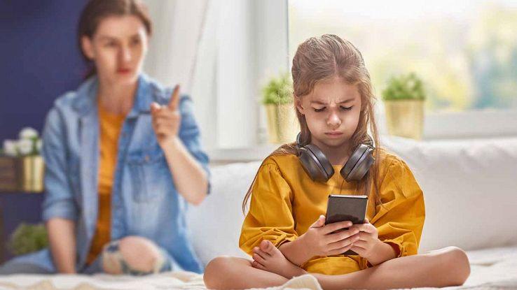 Bambina con smarthphone tra le mani