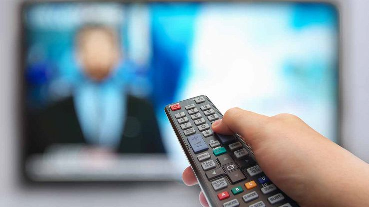 Telecomando e televisore in lontananza