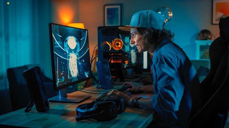Gamer di fronte al PC