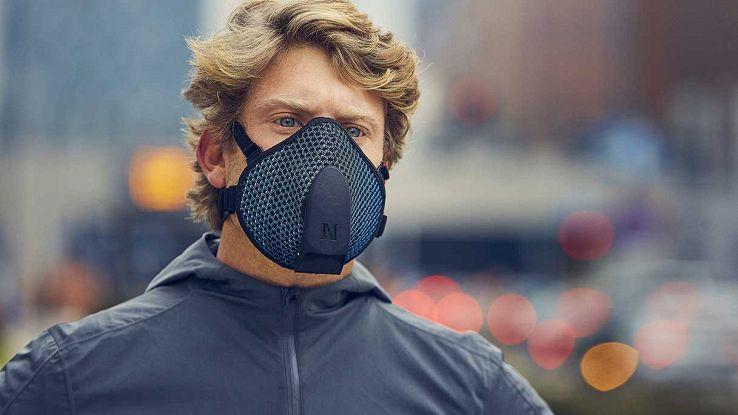 "Un uomo indossa una smart mask ""Urban Active Mask"""