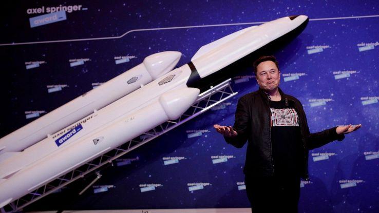 Dopo il lancio, il razzo di Elon Musk è atterrato in verticale
