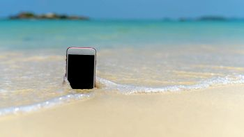 Smartphone in riva al mare