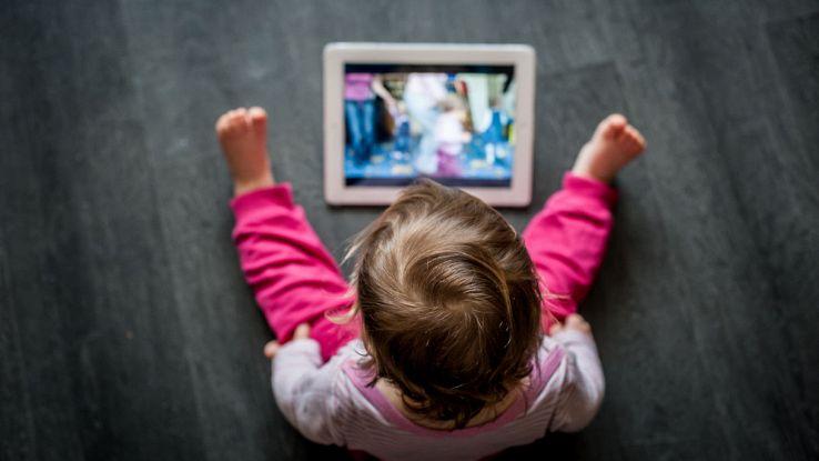 bambini con smartphone tablet