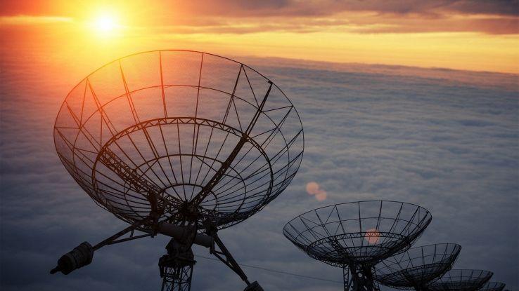 Un misterioso segnale spaziale colpisce la Terra ogni 16 giorni