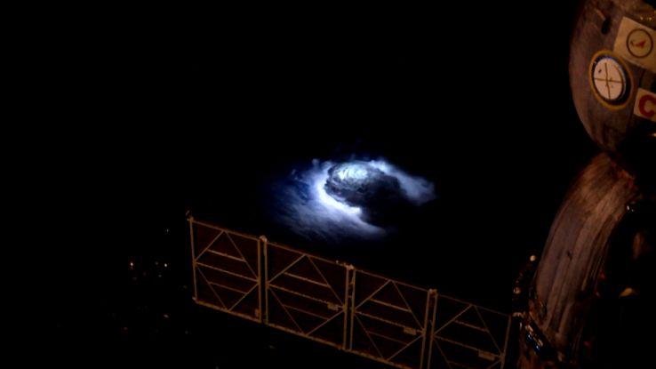 Cosa ha causato il misterioso bagliore blu visto dall'ISS