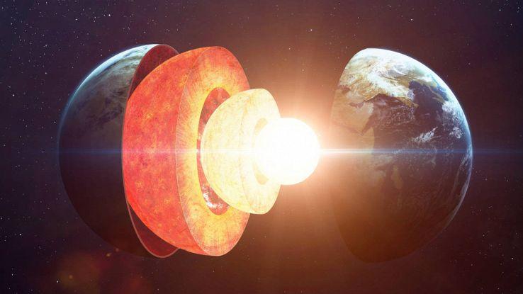 Il nucleo della Terra cresce con una strana asimmetria