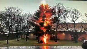 Fulmine si abbatte sul terreno e distrugge tutto, impressionante