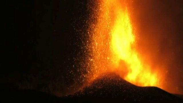 Canarie, la lava del vulcano inghiotte centinaia di case