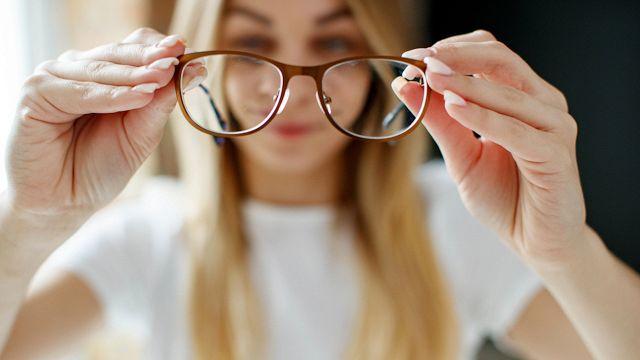 Gli occhiali che curano la miopia