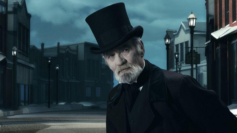 Scrooge, il noto personaggio del Canto di Natale del romanziere ottocentesco Charles Dickens, a piedi la sera in Old Winter Street.